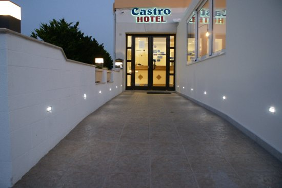 Castro Hotel: Entrance from street