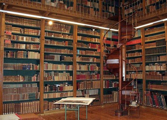 Gray, Francia: Intérieur de la bibliothèque