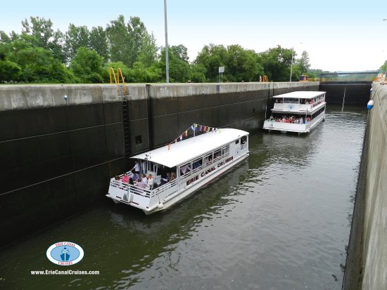 Herkimer, Νέα Υόρκη: Erie Canal Cruises vessels Lil' Diamond 2 and Lil' Diamond 3 in Lock 18