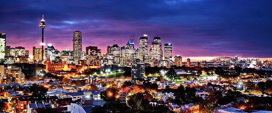 Holiday Inn Potts Point - Sydney: Sunset Sydney skyline from room 709