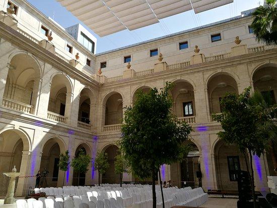 Patio del museo, antiguo edificio de Aduana de Málaga. - Picture of Museo de ...