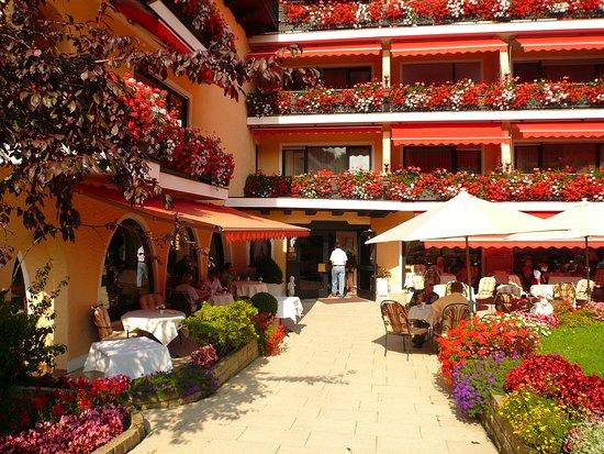 Schwarzmatt Hotel: Belle terrasse et entrée de l'hôtel