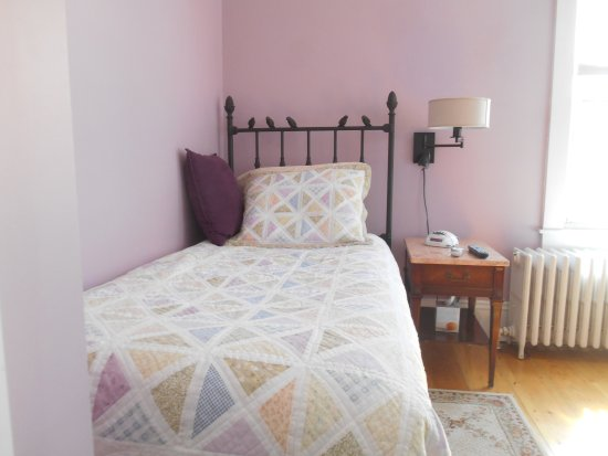 Bayberry House Bed & Breakfast: Our Lilac Room is just perfect for two friends who want to share a room, but not a bed.