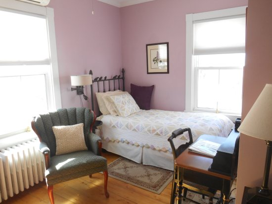 Bayberry House Bed & Breakfast: The Lilac Room has two twin SleepNumber XL beds.