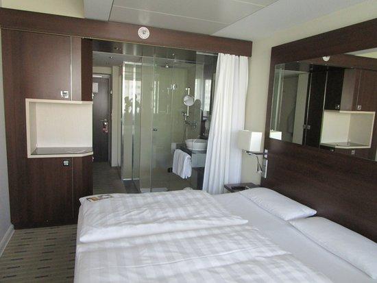 Offenes badezimmer mit vorhang vom schlafbereich getrennt - Camera con bagno ...