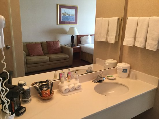 Ocean Shores, WA: Room and shower/toilet.