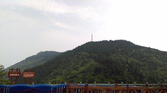 Hengyang, China: 搭乘纜車上山後, 祝融峰在對面左邊山頭之巔, 此段路需步行過去. 山路不長,但有些路段較陡