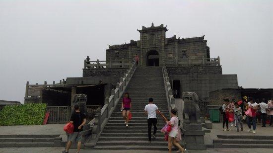 Hengyang, China: 祝融峰; 焚化金紙的地方在殿外側邊.