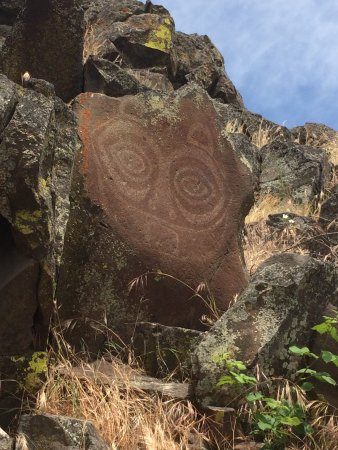 Dallesport, วอชิงตัน: This is She Who Watches. She was painted on the rocks high above the Columbia River by native pe