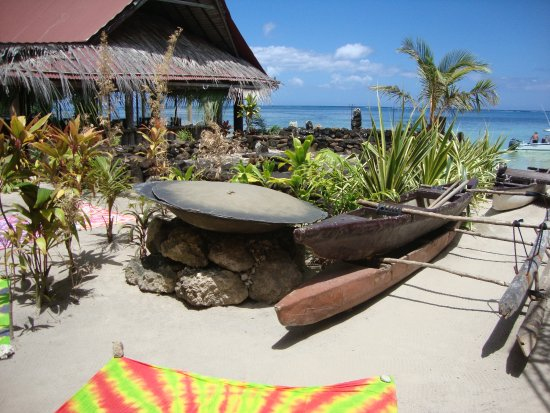 Tiki Village Cultural Centre: Canoes