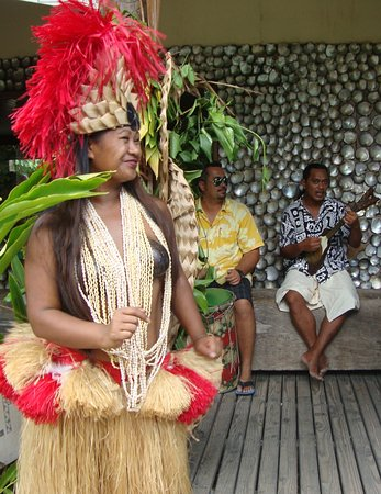 Tiki Village Cultural Centre: Greeter and Musicians
