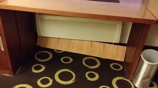 มอร์ริสทาวน์, นิวเจอร์ซีย์: AC Cord covered by the piece of plywood