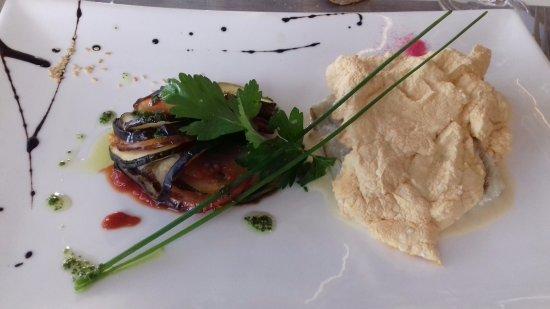 Les Marines : Poisson cuit en croûte de sel, petits légumes