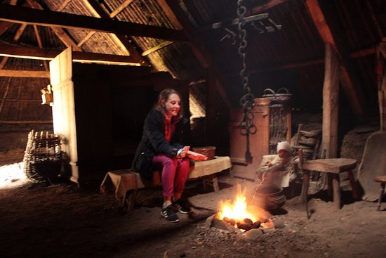 Highland Folk Museum: Lizzy warming up over a peat fire