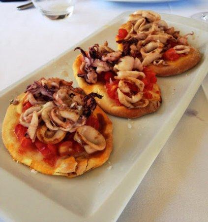 Calles, Spanien: fogaccia con tomate natural y calamares