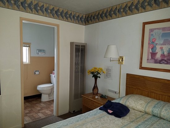 Carrizozo, Nuovo Messico: King-sized bed and the sunny bathroom.
