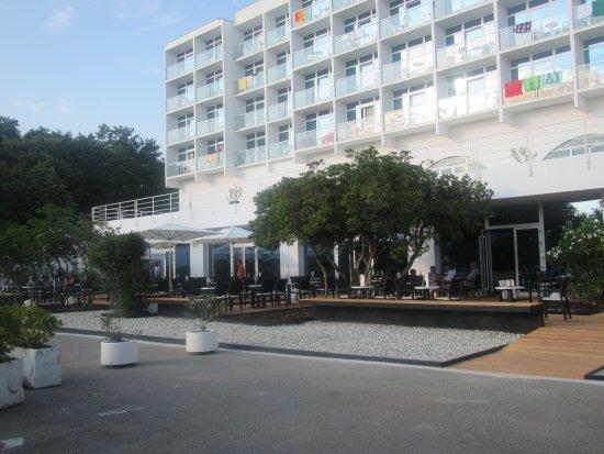 Njivice, Croatia: ingresso e bar dell'hotel