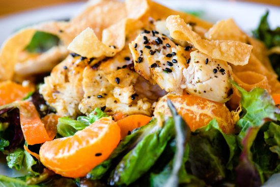 Ramona, Kalifornien: Seared chicken salad with homemade ginger dressing