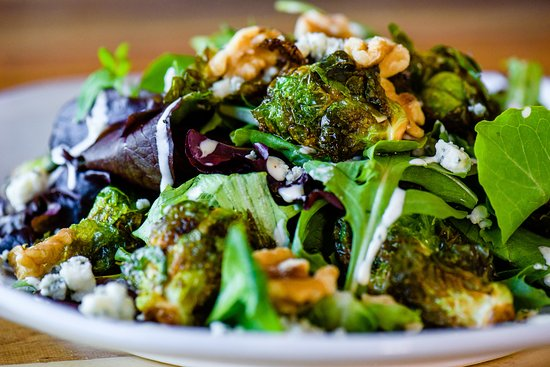 Ramona, Kalifornien: Brussel sprout salad with homemade ranch dressing