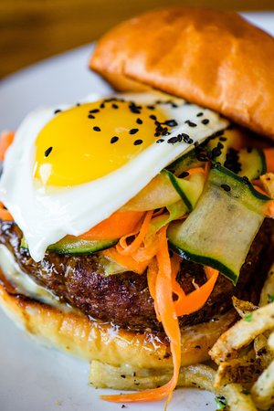 Ramona, Kalifornien: Farm raised chuck angus burger with a farm fresh egg