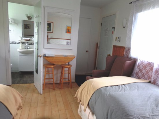 Chambres avec lit queen pour adultes avec bureau mural et