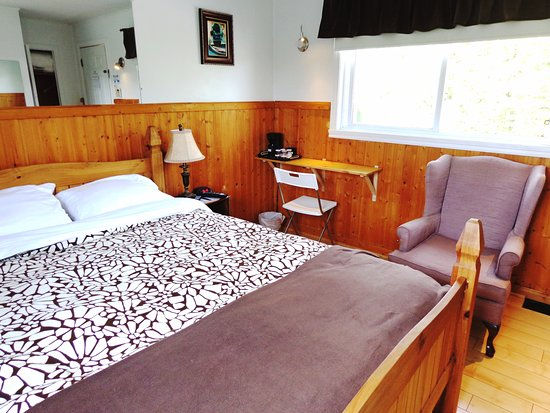 Chambres avec 1 lit queen pour adultes avec bureau mural et