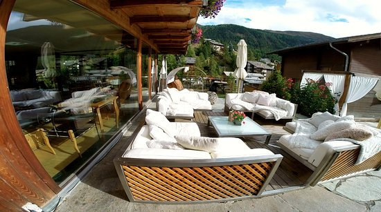 Coeur des Alpes: Lounge area outside.