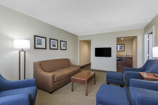 Comfort Inn & Suites Event Center: Suite living room with Sofa Sleeper