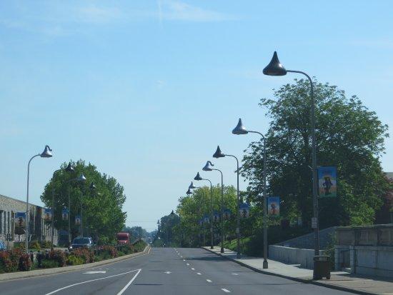 Days Inn by Wyndham Hershey: Chocolate Avenue streetlights