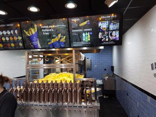 Manneken Pis Amsterdam: Des tonnes de frites et beaucoup de sauces, pas cher.