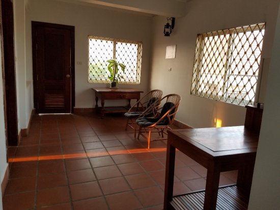 Siem Reap Rooms Guesthouse: Large outer room with fridge, 2nd bathroom, and door leading to balcony