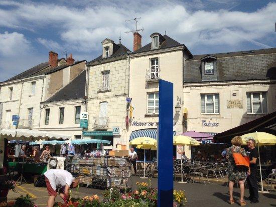 Le Grand-Pressigny, Francia: Town of Descartes on Farmers' Market day.