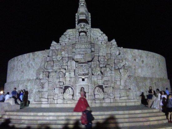 Paseo de Montejo : Monumento a la bandera o a la Patria