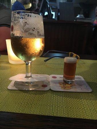 Tinnum, Niemcy: rechts: ein kleines Alt, links: ein 0,2 l Bier