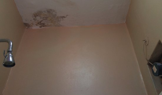 Metropole Hotel Kampala: One bathroom smelled horrible, another had what looked like mold on the ceiling.