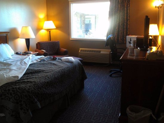 West Branch, IA: Spacious room. Recliner with ottoman. Comfortable bed.