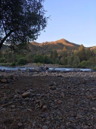 Lotus, Californien: Beautiful American River at Ponderosa RV resort