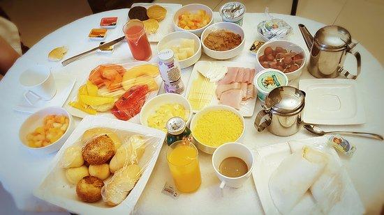 Best Western Premier Majestic Ponta Negra Beach: Vale a pena desfrutar do café da manhã no quarto, sobrou comida até pro almoço. rs.