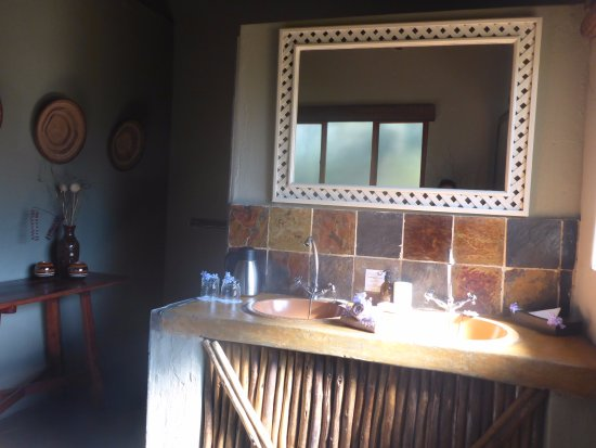 Kambaku Safari Lodge: Double sink in the bathroom