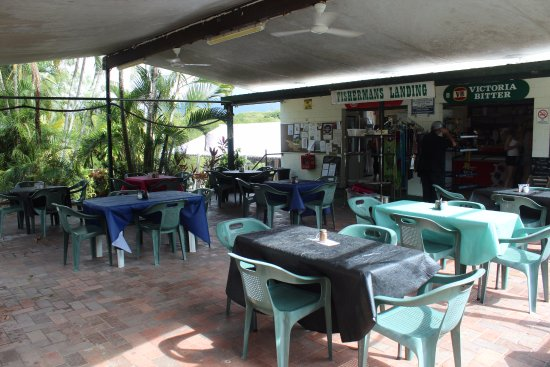 Balgal Beach, Australia: Undercover tables out front