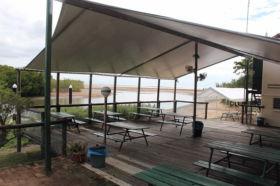 Balgal Beach, Australia: Undercover tables on deck out back that overlooks the creek