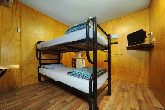 Magnums Backpackers: Twin Room With TV & Shared Bathroom