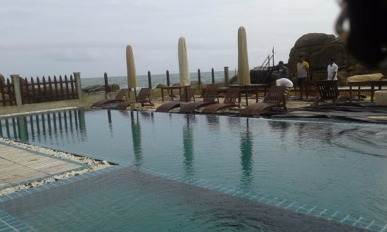 Thaproban Pavilion Resort and Spa: Pool area..Note the huge boulders behind holding back the water??
