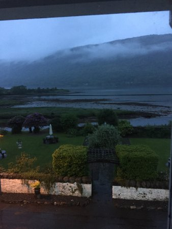 Cairndow, UK: This is the view out the window of the dining room to the loch