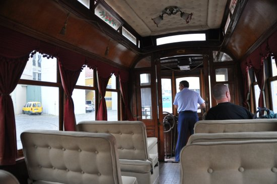 Carris Museum: Между экспозициями посетителей везут по территории депо на трамвае