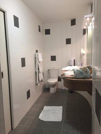 Grande salle de bain moderne. Sèche cheveux, produits de ...