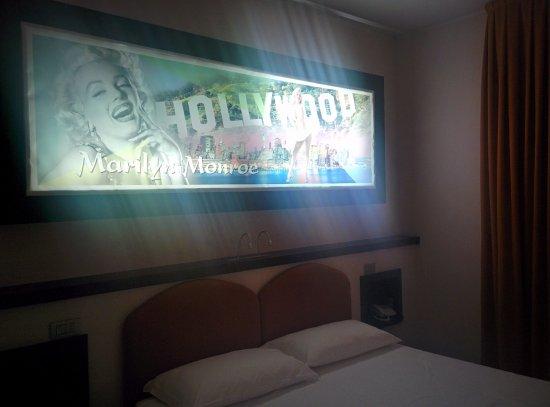 Ossona, Italy: Quadro con retroilluminazione sopra il letto
