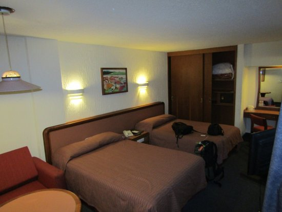Hotel Metropol: The room was dimly lit but spacious and the beds were very comfortable.