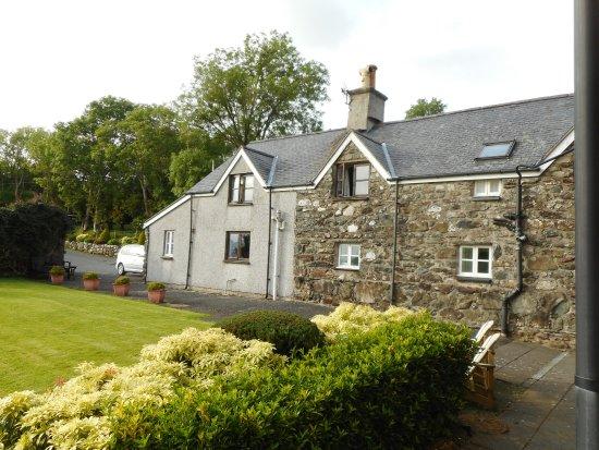 Tyddyn Mawr Farmhouse: Side view of the b & b.