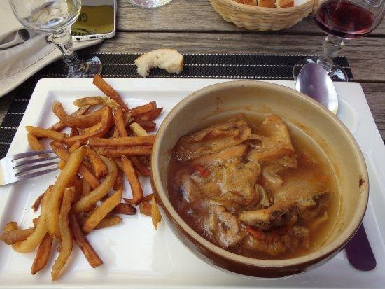 Clecy, Prancis: Tripes à la mode de Caen (et frites maison !)